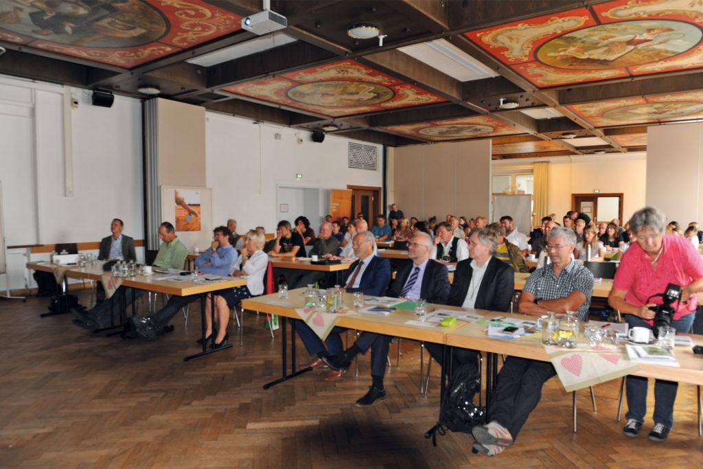 Regierungspräsident Lohner betonte in seinem Grußwort die Bedeutung der artenreichen Wiesen für die Kulturlandschaft Schwabens. Viele Interessierte hören ihm zu.