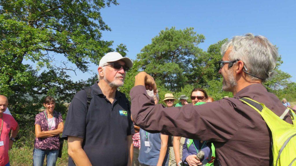 Regierungspräsident Beinhofer überzeugte sich selbst von der Insektenvielfalt.