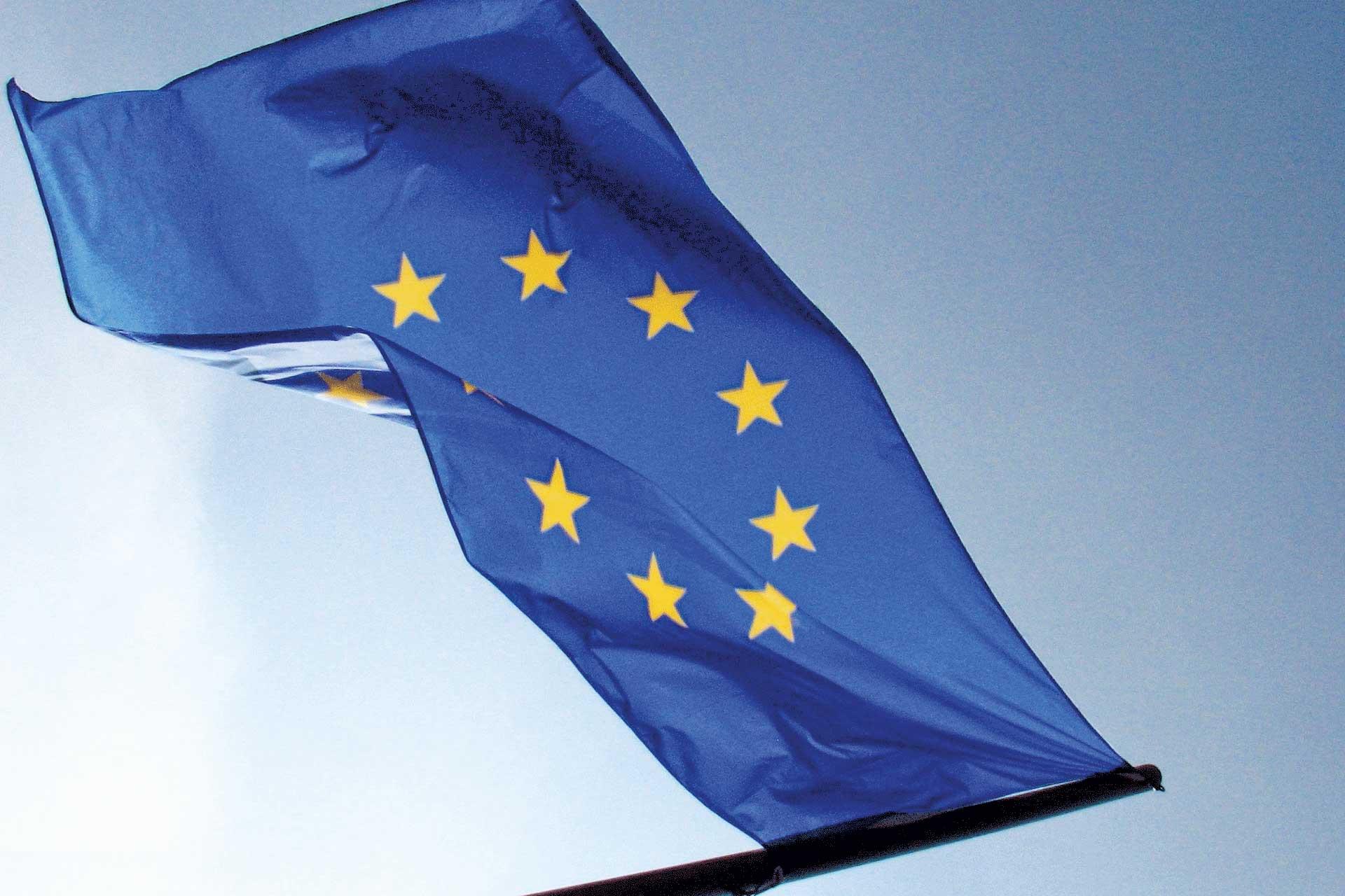 Die blaue Europa-Flagge weht im Wind.