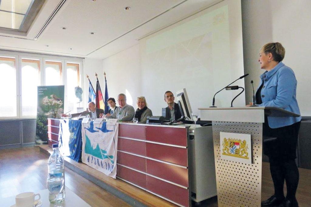 Regierungspräsidentin Bettina Brunner hält einen Vortrag bei der ersten PAG-Sitzung im Herbst 2017. Im Hintergrund weitere Teilnehmer.