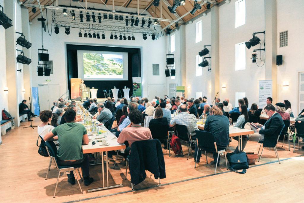 Bis auf den letzten Platz war der Vortragssaal am Bayerischen Landschaftspflegetag 2018 gefüllt.