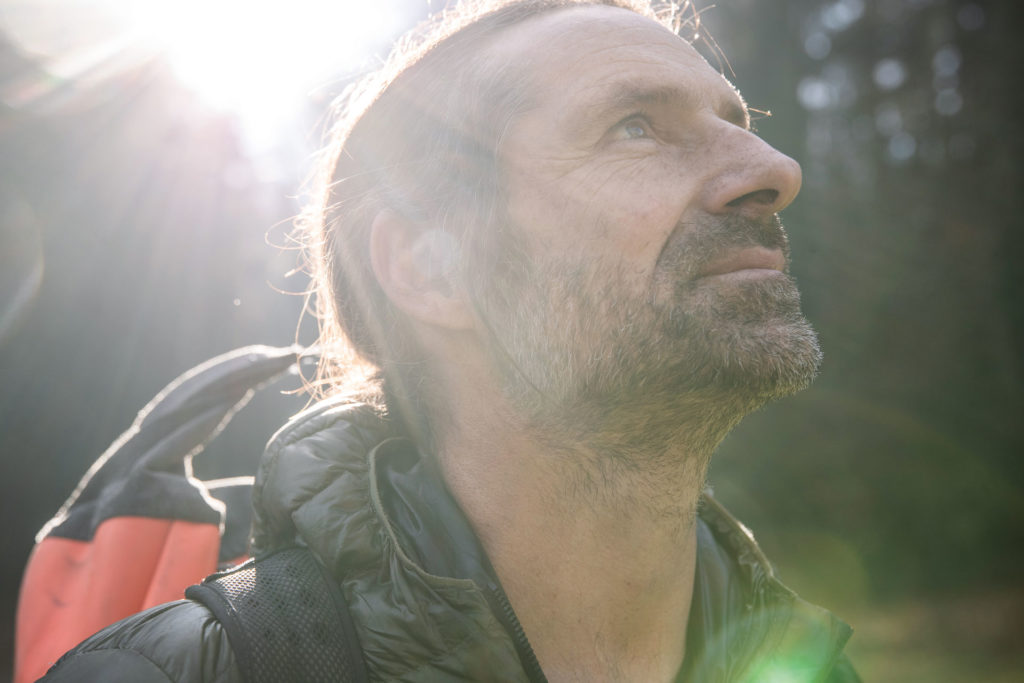 Alexander Huber blickt in den Wald.