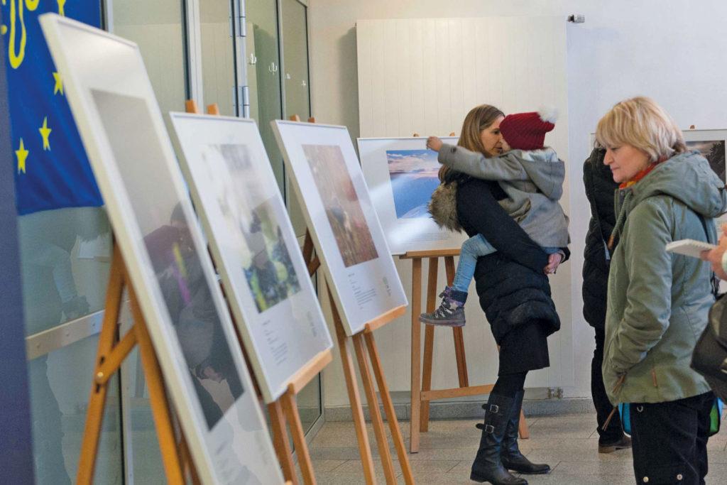 Besucherinnen der Vernissage. Foto Lisa Mitterbuchner/ANL