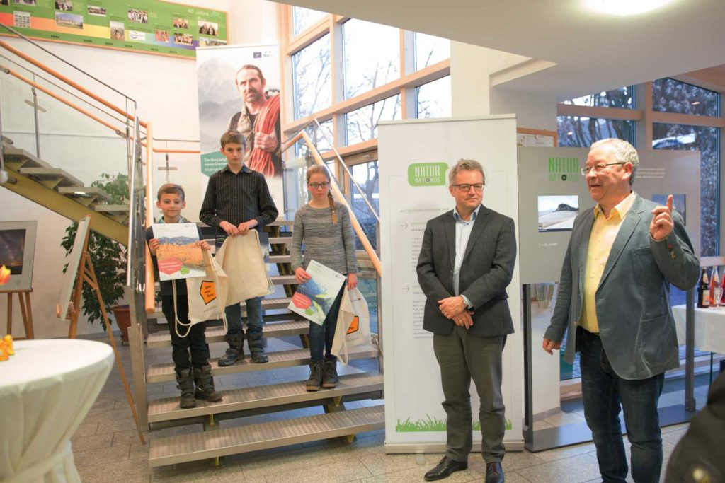 Die drei jugendlichen Preisträger aus der Region, Dr. Michael Apel - Leiter Museum Mensch und Natur und Dieter Pasch - Direktor der der ANL (v. links nach rechts). Foto Lisa Mitterbuchner/ANL