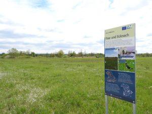 """Auf dem Bild ist eine Natura 2000 Tafel zu sehen mit Informationen zum europäischen Naturerbe, die Tafel steh im Gebiet """"Paar und Ecknach"""""""