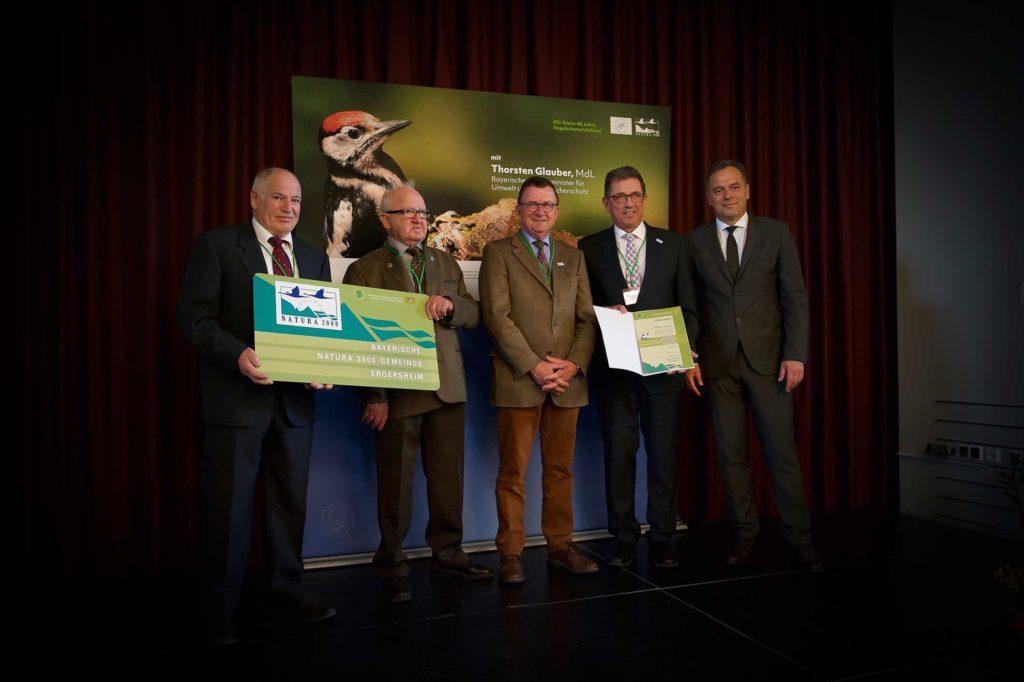 """Vier Vertreter der Gemeinde Ergersheim sind auf dem Bild zu sehen, die von Ministerialdirektor Dr. Rüdiger Detsch die Auszeichnung """"Natura 2000 Gemeinde"""" erhalten"""