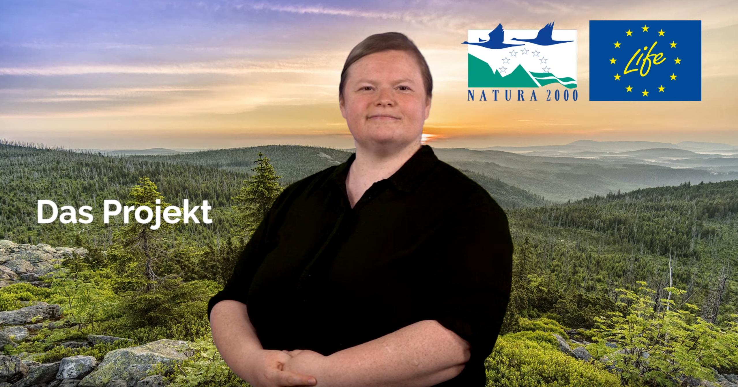 Vor dem Hintergrund einer weiten, bewaldeten Hügellandschaft steht eine Person, umgeben von der Aufschrift Das Projekt auf der linken Seite und den beiden Logos von Natura2000 und dem Life-Projekt auf der rechten Seite.