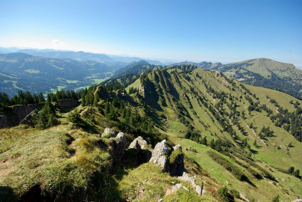 Ausblick über eine Bergkette mit blauem Himmel.
