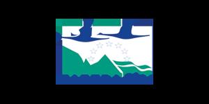 Logo Natura 2000: Stilisierte grüne Berge, darüber ein Halbkreis aus Sternen uind zwei dunkelblaue Schwäne im Flug. Darunter die Aufschrift: Natura 2000.