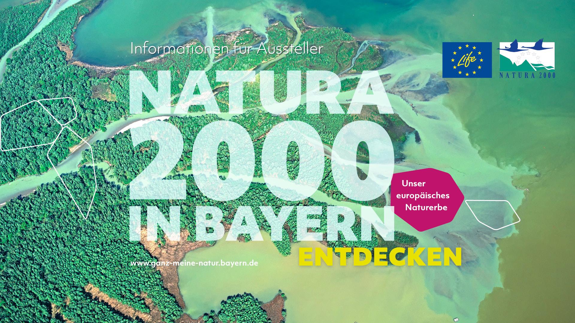 """Im Hintergrund ist das türkisgrüne Delta des Flusses Tiroler Achen, der in den Chiemsee mündet, zu sehen. Oben rechts sind die Logos des LIFE-Programms und von Natura 2000 zu sehen. Unten rechts befinden sich zwei Waben, eine mit violettem Hintergrund und der Aufschrift """"Unser europäisches Naturerbe"""" und eine mit einem Bild von Alexander Huber."""