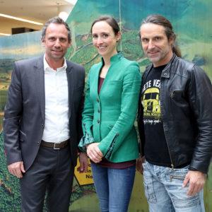Bayerns Umweltminister Thorsten Glauber und die beiden Natura 2000-Botschafter Dr. Auguste von Bayern und Alexander Huber vor einer Ausstellungsstele