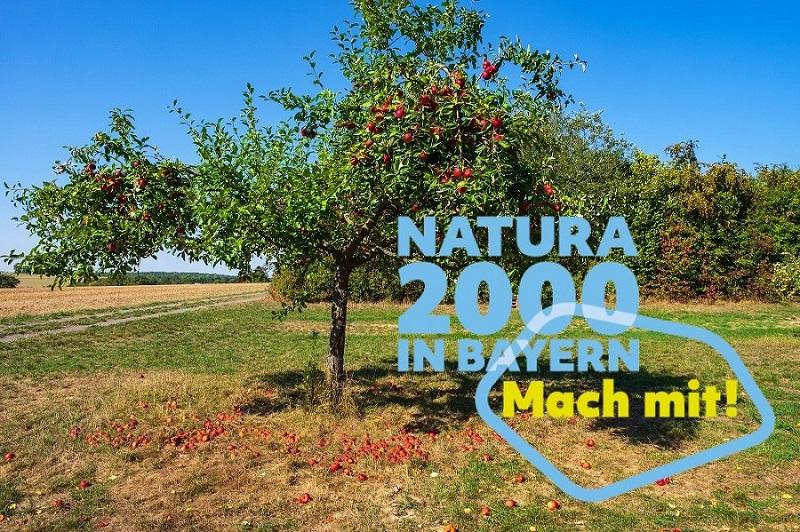 Obstwiese mit Apfelbaum und dem Aufruf Natura 2000 in Bayern - Mach mit!