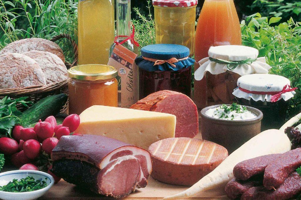 Bunte Auswahl an Marmeladen, Fleisch, Wurst, Käse, Brot und Gemüse