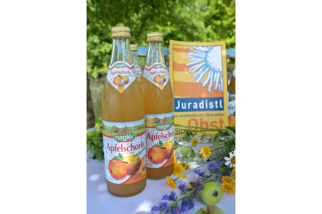 Glasflaschen mit Apfelschorle