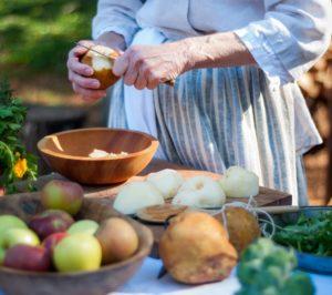 Eine Frau schneidet Obst