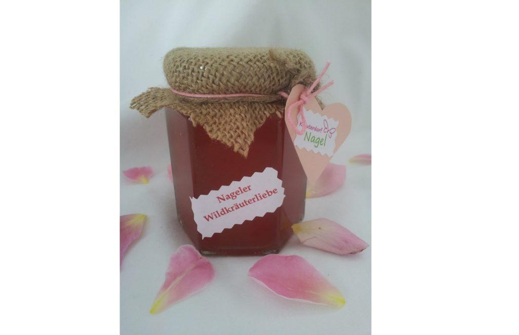 Ein Marmeladenglas mit handgeschriebenem herzförmigen Etikett vor hellem Hintergrund.