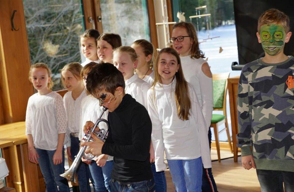 Kinder singen und musizieren.
