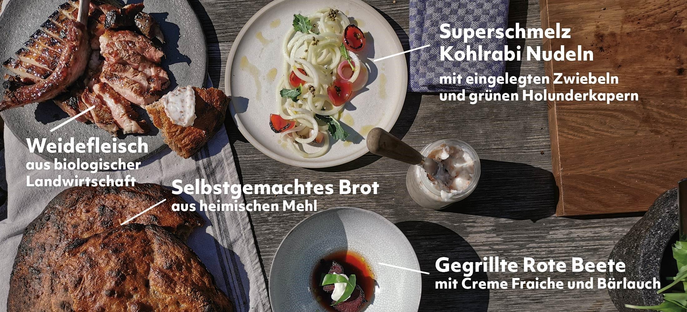 Draufsicht auf das Gericht, dass Max Müller zubereitet hat. Weidefleisch und Kolrabi-Nudeln, dazu ein selbstgebackenes Brot und gegrillte rote Beete.