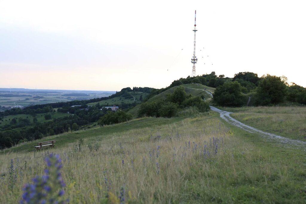 Sendeturm steht auf der Spitze des Hesselbergs.