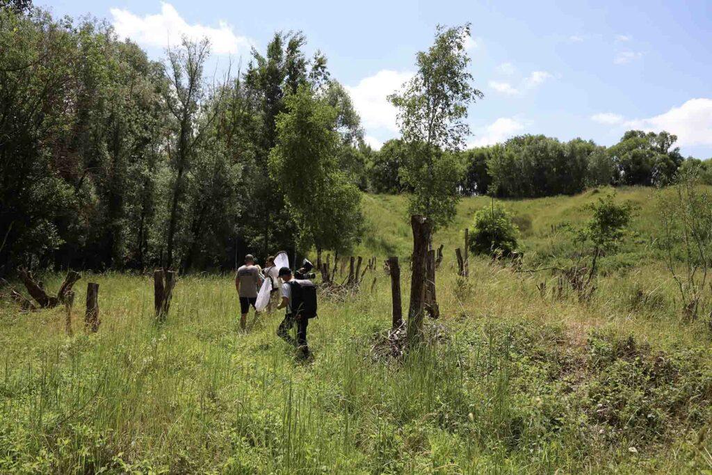 Filmteam wandert durch die Mühldorfer Kiesgrube.